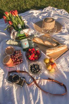 Picnic Date Food, Picnic Time, Summer Picnic, Beach Picnic Foods, Fall Picnic, Picnic Parties, Summer Sun, Comida Picnic, Date Recipes