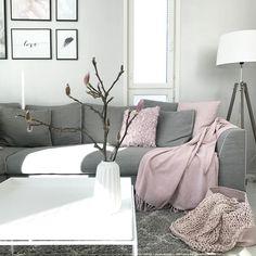 Vaaleanpunainen väri tuo eloa harmonisen harmaan rinnalle. Ihana olohuone, jossa rauhallinen rytmikäs sisustus.