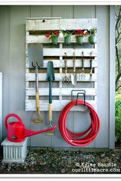 Une palette pour ranger vos outils de jardin, c'est malin !
