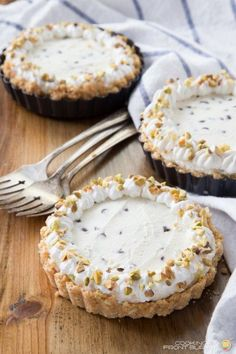 No bake cannoli cheesecake, made for one! This mini cannoli cheesecakes recipe is simple to make, and because this is a no bake dessert recipe, you won't heat up your kitchen. Mini Desserts, Easy No Bake Desserts, Italian Desserts, Easy Sweets, Classic Desserts, Italian Cookies, Holiday Desserts, Chocolate Desserts, Healthy Desserts