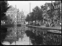 Deel Lijnbaansgracht | Nu Kleine-Gartmanplantsoen, gedempt rond 1909 | Nu is het een tramhalte, taxistandplaats en verzamelplek voor toeristen en uitgaanspubliek, maar tot 1909 was het Kleine-Gartmanplantsoen een vrij onbestemd stukje Lijnbaansgracht. Die gracht liep tot in de negentiende eeuw langs de Schans tot aan de Muiderpoort, maar in de daaropvolgende eeuw werden grote stukken drooggelegd.