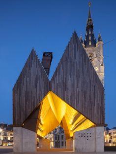 Direction la Belgique et le coeur historique de la ville de Gand pour découvrir une réalisation aussi étonnante que réussie des architectes de chez Robbrecht & Dream et de Marie-José Van Hee. Ce marché couvert n'a rien de classique, tout a été pensé pour habiller cette grande place mais également pour faire écho aux architectures qui l'entoure.