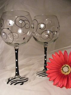 Fancy Wine Glasses, Hand Painted Wine Glasses, Sharpies, Tinting Glass, Wine Glass Designs, Glass Engraving, Sharpie Crafts, Wine Craft, Wine Decor