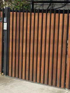 Beautiful Front Yard Fencing Bungalow Ideas 9 Marvelous Useful Tips: Easy Fence For Dogs tempora Door Gate Design, Garage Door Design, Fence Design, Backyard Fences, Fenced In Yard, Yard Fencing, Fence Gate, Privacy Fences, Modern Landscaping