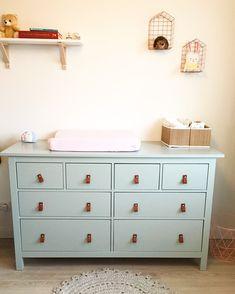 Hemnes Ikea kast geschilderd met Early dew van flexa en leren handgrepen erop gemaakt voor mijn dochter Madelief # Ikeahack