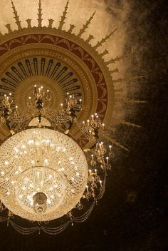 Stunning chandelier in the Orpheum Theatre in Minneapolis.  Thanks to Lynn Goldfinger Abram for allowing me to discover it.  -- Eve.