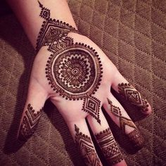 Are you looking for easy mehndi designs for eid that you can try at home? We have collected some of the simple and elegant look mehndi designs for you. Circle Mehndi Designs, Mehndi Designs For Girls, Henna Art Designs, Mehndi Designs For Beginners, Indian Mehndi Designs, Mehndi Designs For Fingers, Stylish Mehndi Designs, Mehndi Design Photos, Wedding Mehndi Designs
