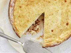 Tämä superherkullinen kolmen juuston piirakka pitää sisällään emmentalia, parmesaania sekä aurajuustoa.