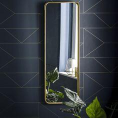 Le miroir vintage Iodus. Allure rétro indéniable, le miroir Iodus se suspend ou se pose en position verticale ou horizontale pour un effet vintage toujoursDescription du miroir Iodus :Encadrement métallique finition laitonPlatines pour fixation murale (vis et chevilles non fournies)Dimensions du miroir Iodus :Largeur : 40 cmHauteur : 120 cm