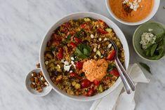 Gado gado salade met bloemkoolrijst, tempeh en pindadressing - % Gado Gado, Ras El Hanout, Tempeh, Chana Masala, I Foods, Feta, Chili, Healthy Recipes, Healthy Food