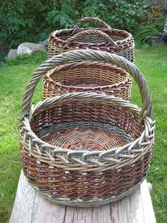Traditional baskets in willow and hedgerow. Flax Weaving, Willow Weaving, Weaving Art, Basket Weaving, Plant Basket, Bamboo Basket, Wicker Baskets, Basket Willow, Willow Garden