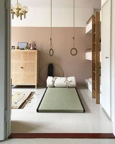Minimalist kids room with mattress on floor, hanging rings for play, and three quarter painted wall for style room decor Minimalist Kids, Minimalist Living, Minimalist Bedroom, Modern Bedroom, Bedroom Neutral, Interior Dorado, Mattress On Floor, Kids Gym, Gym Room
