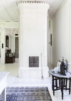 Hirsitalon sisustuksessa on sekoiteltu modernia, vanhaa ja itämaista.