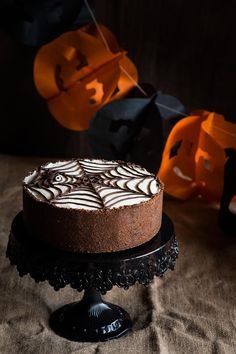 cobweb cheesecake with chocolate crust for halloween Postres Halloween, Halloween Party, Halloween Ideas, Cheese Dessert, Fall Treats, Cheesecakes, Fondant, Bakery, Birthday Cake