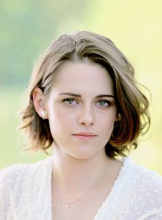 Kristen Stewart without much makeup. Kristen Stewart Hair, Kirsten Stewart, Sils Maria, Woman Crush, Beautiful Celebrities, Hollywood Actresses, Pretty People, Short Hair Styles, Hair Cuts
