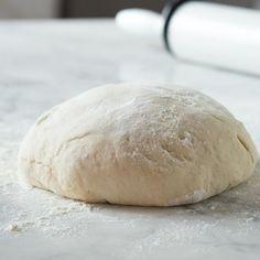 Dieser Pizzateig kommt ohne Hefe aus und ist dennoch dank Olivenöl und Magerquark so geschmeidig, dass er problemlos geknetet und geformt werden kann.