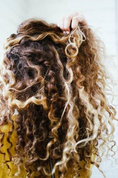 How To Air Dry Hair: A Frizz- and Fuss-Free Guide product for growth products products best products curly products for styling Dry Curly Hair, Air Dry Hair, Curly Hair Tips, Hair Dos, Curly Hair Styles, Natural Hair Styles, Curly Girl, Frizzy Hair, Afro