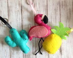chaveiro-flamingo-chaveiro-flamingo Flamingo Party, Flamingo Craft, Flamingo Decor, Flamingo Birthday, Pink Flamingos, Wire Crafts, Fun Crafts, Felt Ornaments, Christmas Ornaments