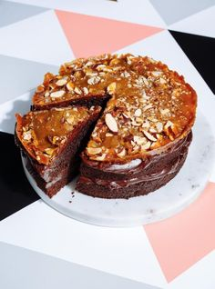 Sweet and Salty Chocolate Cake with Almond Crisp Mousse, Cake Preparation, Ricardo Recipe, Plum Cake, Chicken And Waffles, Moist Cakes, Sweet And Salty, Sweet Sweet, Occasion Cakes