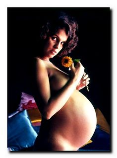 Foto da atriz Leila Diniz grávida, figura marcante e personalidade ousada, retratada num estúdio por David Zingg em 1971. Leila Diniz, quebrou tabus e desafiou a ditadura militar exibindo a sua gravidez na Praia de Ipanema. | GGN