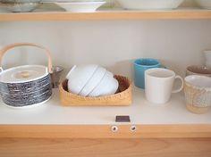 食器棚と同系色のカゴを使った収納方法も参考になります。