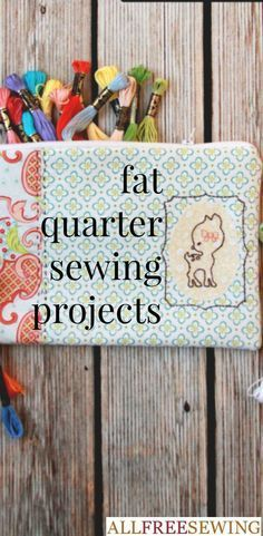 Sewing Fabric Use fat quarters to make sewing projects that are easy to make and cute to boot. These easy sewing projects can be created out of the popular pre-cut fabric, fat quarters. Fat quarter projects are a great way to use up scraps. Scrap Fabric Projects, Small Sewing Projects, Sewing Projects For Beginners, Fabric Scraps, Sewing Crafts, Sewing Patterns Free, Free Sewing, Sewing Tips, Sewing Hacks