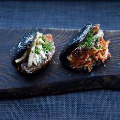 Näitä herkullisia taiwanilaisia bao-sämpylöitä pääset maistamaan Balti Jaam -torin Baojaam-ravintolassa. Taiwanilaiseksi hampurilaiseksikin sanottu höyrytetty herkku on suosittu välipala juuri Taiwanissa. Siitä riittää myös hieman isompaankin nälkään. Kysy henkilökunnalta kyytipojaksi eksoottista kombuchaa. Se on sokeroidusta teestä käymisen avulla valmistettu juoma. #baojaam #baltijaam #eckeröline #tallinn #tallinn