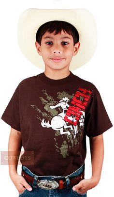 Camiseta Masculina Infantil Cinch Marrom   Camiseta confeccionada em 100% algodão na cor Marrom. Tem como destaque o desenho clássico da marca Cinch. A paixão pelas provas e rodeios acompanha o cowboy desde cedo. Orgulho para os pais já andarem com seus filhos no puro estilo country.
