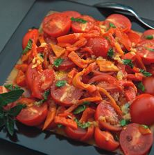 Απλή αλλά πολύ ιδιαίτερη σαλάτα που μπορεί να συνοδεύσει πολύ ωραία κρεατικά σχάρας και τηγανητό ψάρι
