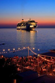 Dinning in de very expensive restaurants of de island in Mykonos, Kyklades, South Aegean_ Greece Mykonos Villas, Mykonos Greece, Beautiful Villas, Beautiful Places, Myconos, Super Yachts, Travel Channel, Luxury Villa, Greek Islands
