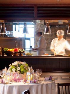 メトロポールルームでは、オープンキッチンから熱々の料理をお届け。