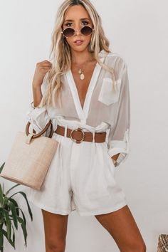 Add a feminine touch to your party outfit with this going out set, featuring a sexy V-neck, while the split flared sleeves make it a playful must-have. Pair with our heels to complete the look! Looks Chic, Casual Looks, Look Fashion, Fashion Outfits, Womens Fashion, Spring Summer Fashion, Spring Outfits, White Summer Outfits, Look Con Short