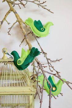 De zomer nog even in huis houden? Styliste Agaath Mulder maakt een tak vol vrolijke groene vilten vogels. Je hoort ze bijna fluiten…