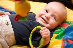 Melihat pilihan terbaik mainan edukatif bayi 2 bulan