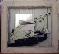 Vespa på gammelt vindu