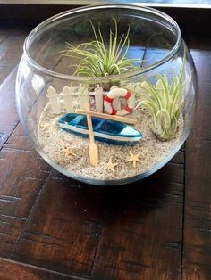 The terrarium is one of the modern flower pots that are now popular because it gives the impression of fresh natural plants in a unique and beautiful home. The terrarium is also an alternative to p… Terrarium Diy, Air Plant Terrarium, Glass Terrarium, Terrarium Wedding, Hanging Terrarium, Seashell Crafts, Beach Crafts, Diy Home Crafts, Jar Crafts