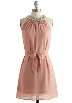 vestido rosa collarín de diamantes y lazo incorporado