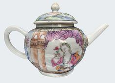 Théière peinte dans les émaux de la famille rose à décor européen en porcelaine de Chine de la Compagnie des Indes d'époque Yongzheng. Asie. Peinte dans les émaux de la famille rose, à décor d'une jeune femme sur la terrasse d'un palais, tenant une branche fleurie dans une main et un petit chien dans une autre.