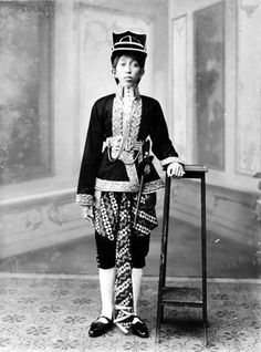 Prince Tedjokoesoemo, son of Sultan Hamengkoe Buwono VII of Indonesia Vintage Photographs, Vintage Photos, Vintage Posters, Philippines Culture, Dutch East Indies, Javanese, Army Uniform, Yogyakarta, Koh Tao