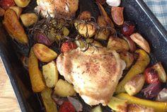 De zondag is een dag waarop je wat extra tijd in je eten kan stoppen. Deze kippendijen uit de oven zijn zo'n gerecht. De voorbereiding is zo gedaan, de oven doet de rest van het werk. In die tijd kun heerlijk onder onderuit zakken met een boek of andere relaxte zondagdingen doen. En als alles klaar is lekker uitgebreid met z'n allen tafelen! Eetsmakelijk!
