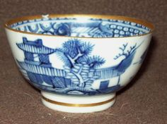 A PRETTY 18thC CHINESE QIANLONG  BLUE & WHITE PORCELAIN TEA BOWL CUP VASE