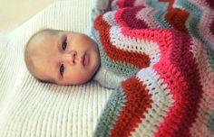 Gehaakte zigzag babydeken / omslagdoek en streepjes. €94,95, via Etsy.