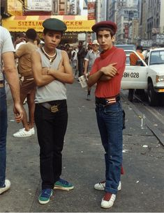 Jamel Shabazz: Street Photographer Charlie Ahearn's Film Retraces a Moment in New York Style - Video 1 / 2 / 3 As a teenage photographer in early East Flatbush, Brooklyn, Jamel Shabazz set out to document the then nascent movement of hip-hop. Estilo Hip Hop, B Boy Stance, Jamel Shabazz, 80s Hip Hop, Gangs Of New York, Style Streetwear, Foto Portrait, Look Retro, Street Culture