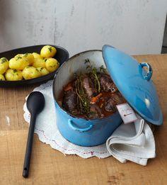 Rezept für Rinderrouladen mit Pilzfüllung bei Essen und Trinken. Und weitere Rezepte in den Kategorien Gemüse, Gewürze, Kräuter, Milch + Milchprodukte, Pilze, Rind, Schwein, Alkohol, Hauptspeise, Braten, Kochen, Schmoren, Einfach, Gut vorzubereiten.