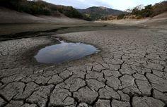 Clarín HD - Objetos diversos se observan en la tierra seca y...