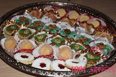 Bonjour à tous / Assalam alaykoum, Voici les pâtisseries que j'ai réaliseés pour l'aïd el fitr 2010, les recettes viendront prochainement (inch'allah). J'ai réalisé : des sablés confiture, des boules de neige coco/ confiture, des &jazariattes bel warka&...