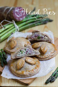 Hand pies di farro con asparagi, robiola e salame