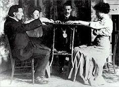 Por volta de 1850 nos Estados Unidos da América, diversos fenômenos estranhos deram início a uma onda de acontecimentos que simultaneamente estenderam-se para a França e para o resto da Europa, fenômenos estes iniciados por ruídos, pancadas e movimentos de objetos, sem causa conhecida.