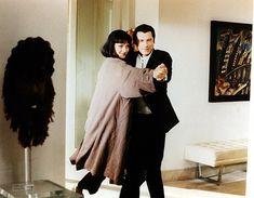 """Pulp Fiction (Quentin Tarantino, 1994)  Curiosidades: La espada que coge Butch (Bruce Willis) en la tienda es la misma que utiliza Uma en """"Kill Bill"""".  La escena en la que Jules y Vincent se presentan en casa de Jimmy, en el Valle, y en todo momento hablan del café para no tener que comentar el asunto del cadaver mutilado está inspirada en un sketch de los Monthy Python."""