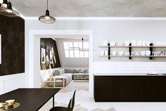 C'est Václav Sloup, du studio Fuuxo à Prague, qui a conçu ce projet d'appartement design en noir et blanc, installé sous les toits. La décoration simple met en valeur les volumes et le …